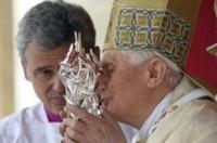 Benet XVI besa la relíquia de Joan Pau II