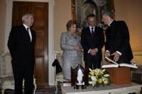 Mons Vives obsequia amb una Biblia il·lustrada per Perico Pastor al president Anibal Cavaco